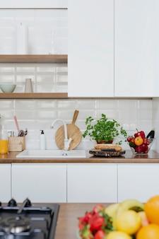 Decoração moderna de cozinha doméstica com tábua de cortar