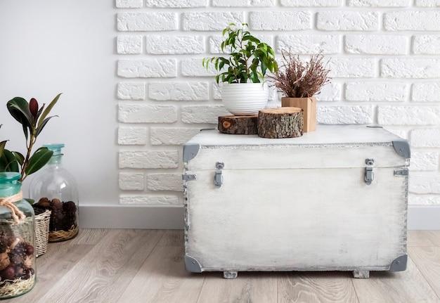 Decoração natural para casa na caixa de madeira branca no fundo da parede branca. copie o espaço