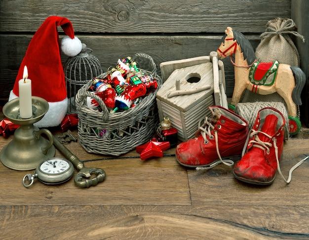Decoração nostálgica antiga de brinquedos de natal sobre fundo de madeira