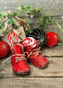 Decoração nostálgica de meia de natal com brinquedos antigos e sapatos de bebê vintage