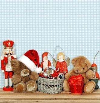 Decoração nostálgica de natal com brinquedos antigos. imagem em tons de estilo retro