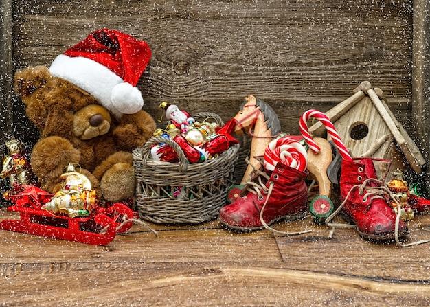 Decoração nostálgica de natal com brinquedos antigos sobre fundo de madeira