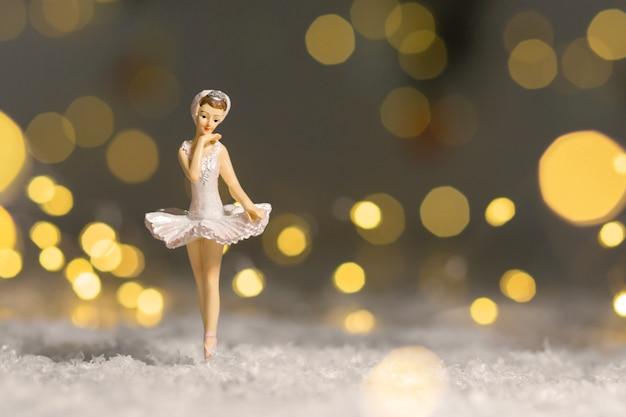 Decoração para a árvore de natal, uma pequena estatueta de uma bailarina em um tutu branco.