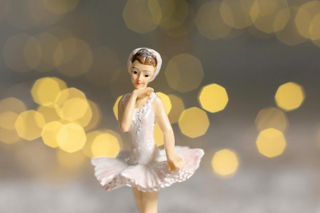 Decoração para a árvore de natal, uma pequena estatueta de uma bailarina em um tutu branco,
