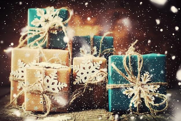 Decoração para caixas festivas com flocos de neve. neve desenhada