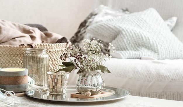 Decoração para casa no interior. cobertor turquesa e cesta de vime com um vaso de flores e velas