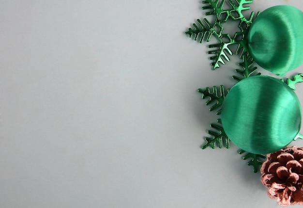 Decoração para o natal com algum pano de fundo azul.