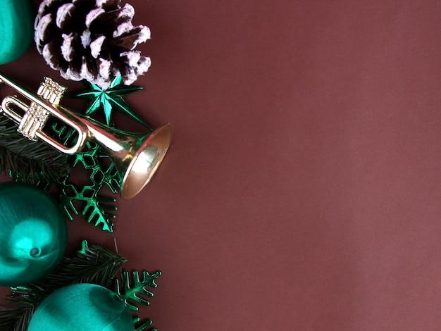 Decoração para o natal com pano de fundo marrom.