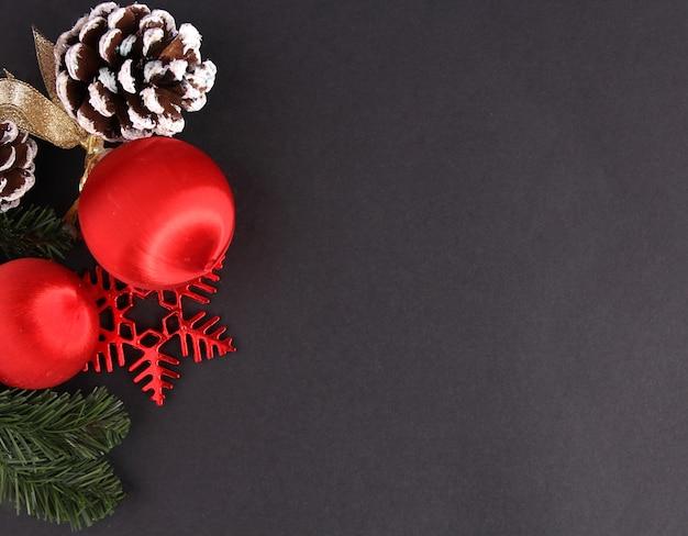 Decoração para o natal com pano de fundo preto.