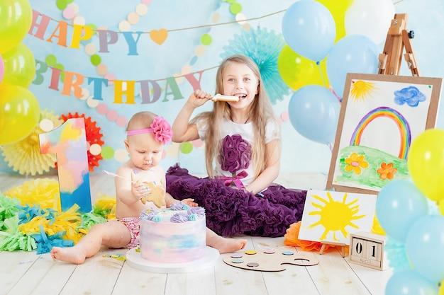 Decoração para o primeiro aniversário do menino, quebra o bolo em um estilo de pintor de arte