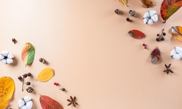 Decoração plana de outono com folhas secas, flores de algodão com espaço de cópia