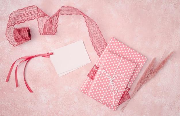 Decoração plana leiga bonita com maquete de convites de casamento