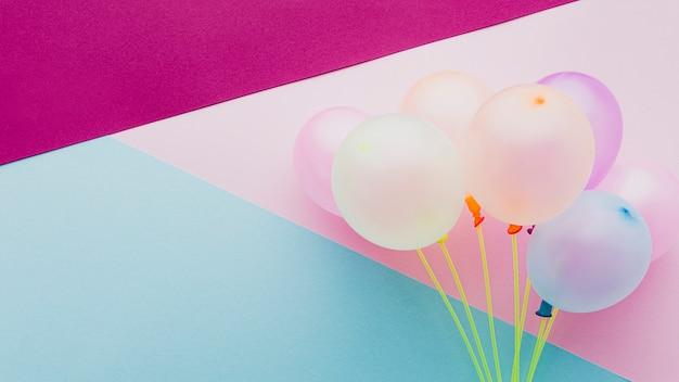 Decoração plana leiga com balões e fundo colorido