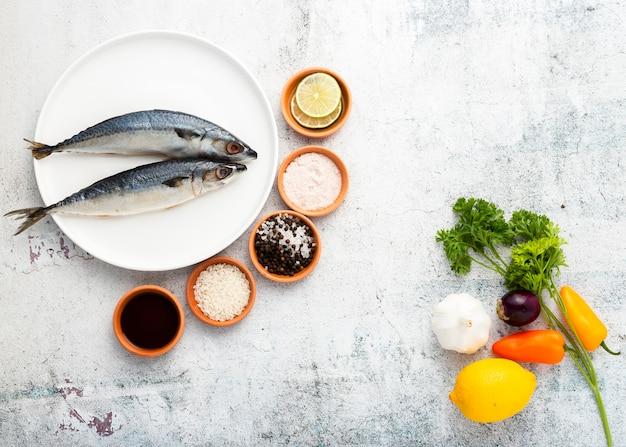 Decoração plana leiga com saborosos peixes e especiarias