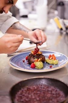 Decoração profissional de comida na cozinha do restaurante.