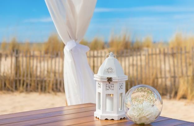 Decoração romântica de casamento. vela em uma luminária.