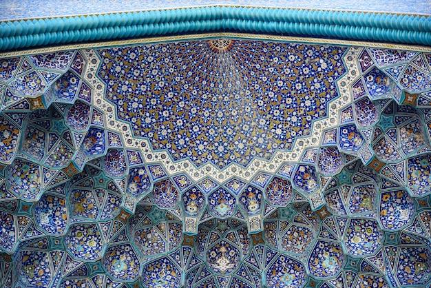 Decoração tradicional do arco acima da entrada da antiga mesquita persa em isfahan.