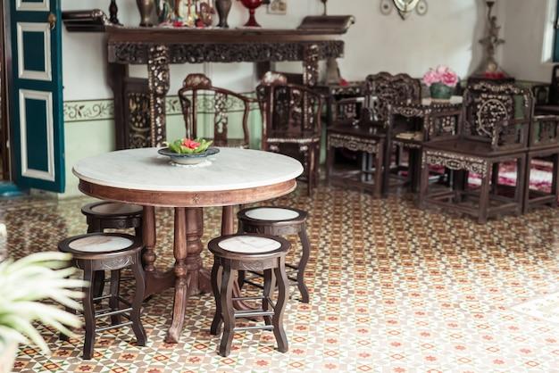 Decoração vazia de mesa e cadeira velha e vintage em uma sala