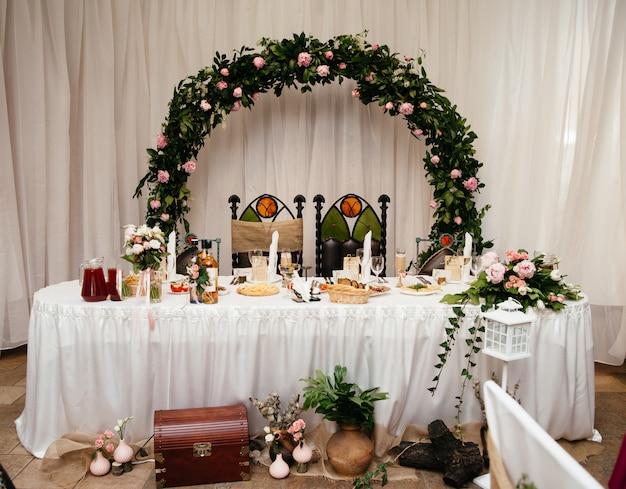 Decorações bonitas do casamento para uma tabela comemorativo.