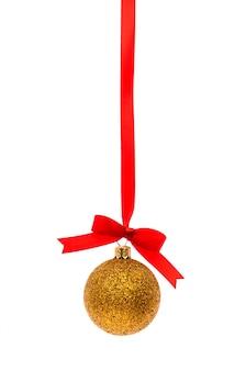 Decorações bonitas do natal com a fita vermelha brilhante no branco