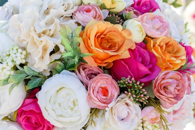 Decorações buquê de rosas de flores artificiais e eustomas.