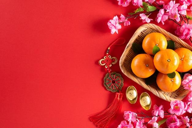 Decorações chinesas do ano novo em um fundo vermelho.