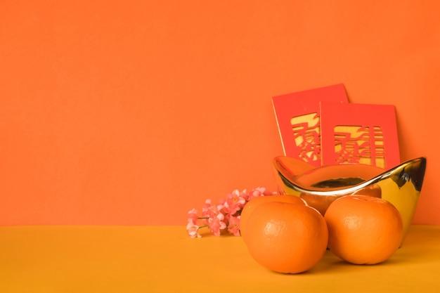 Decorações chinesas do festival do ano novo no fundo da cor.