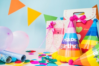 Decorações de aniversário com saco de compras em fundo azul