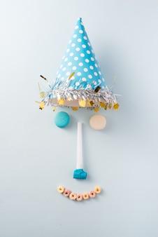 Decorações de aniversário de menino. mesa azul vista de cima com muffins, drinks e bugigangas de festa