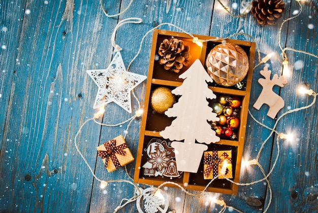 Decorações de ano novo em torno do espaço vazio de carta de natal para texto queimando guirlandas de luzes