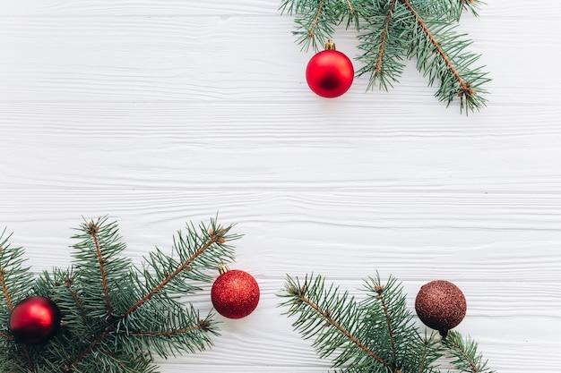 Decorações de ano novo no fundo de madeira branca.
