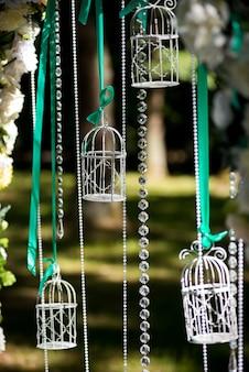 Decorações de casamento. decoração. lindo arco para a cerimônia de casamento.