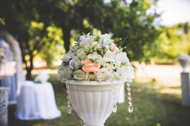 Decorações de casamento. flores em um vaso branco. interior festivo