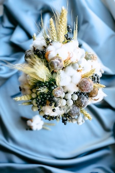 Decorações de casamento flores vista superior em um fundo de pano azul