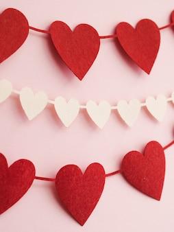 Decorações de close-up feitas de corações vermelhos e brancos