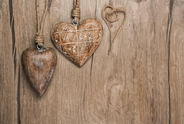 Decorações de coração de madeira no fundo carvalho vintage