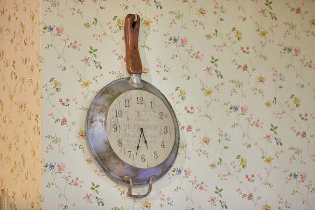 Decorações de estilo chic.vintage. relógio de cozinha na parede. o estilo do shabby chic.