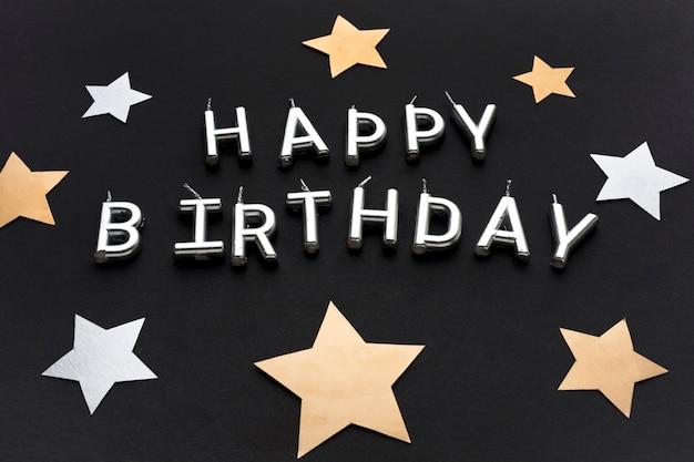 Decorações de estrelas e mensagem de feliz aniversário
