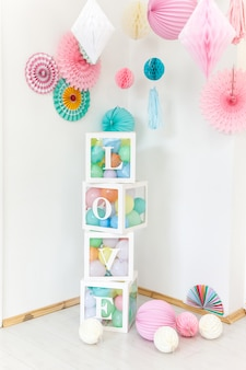 Decorações de festa bonito e cubos transparents com palavra de amor