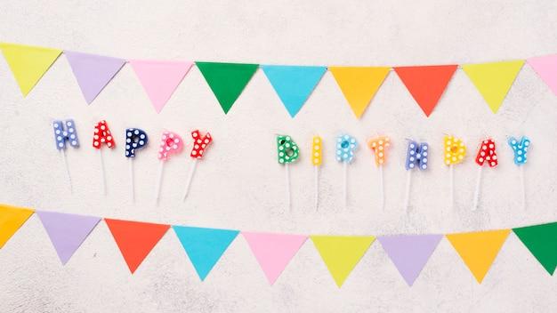 Decorações de festa colorida plana leigos em fundo de estuque