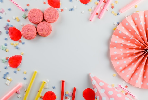 Decorações de festa com açúcar granulado, biscoitos na mesa branca