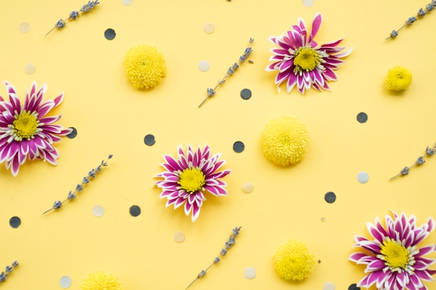 Decorações de flores sobre fundo amarelo