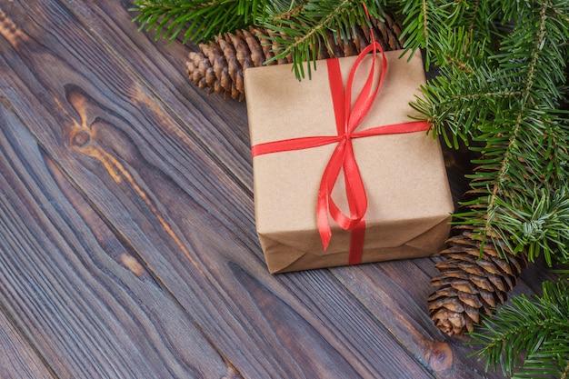 Decorações de galhos de árvores de natal e caixa de presente