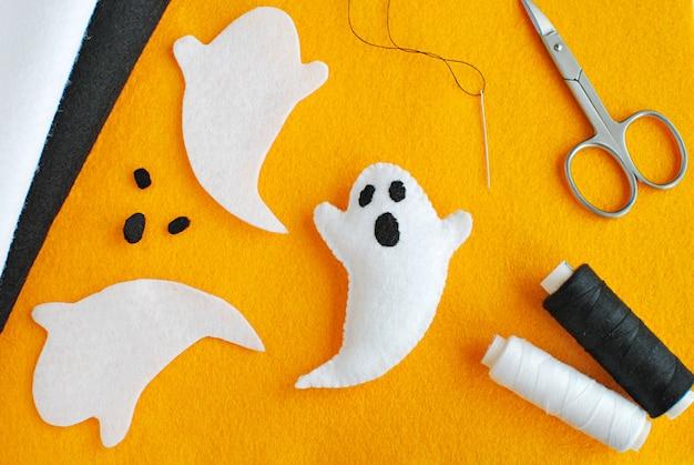 Decorações de halloween artesanais de tecido de feltro, instruções de como fazer fantasma de feltro.