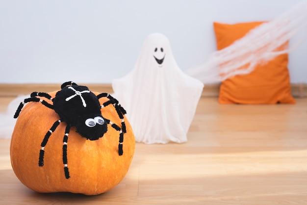 Decorações de halloween close-up no chão