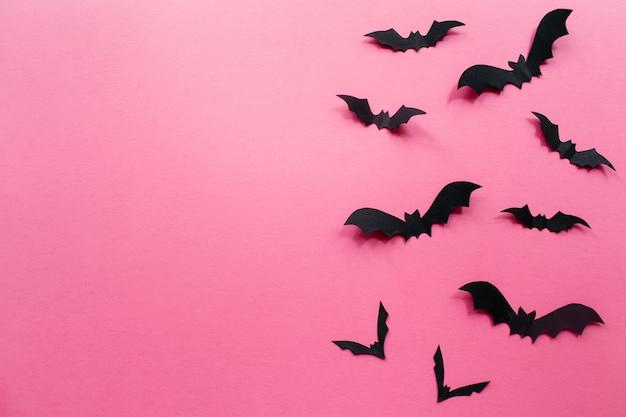 Decorações de halloween com morcegos em fundo rosa conceito de halloween vista de cima plana cópia espaço