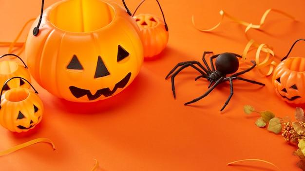 Decorações de halloween em fundo laranja