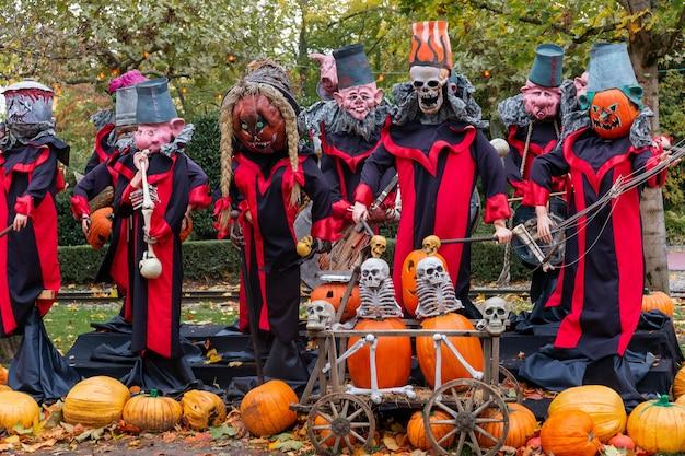 Decorações de halloween engraçadas assustadoras na rua no outono. celebração de outubro - monstros e zumbis em um parque.