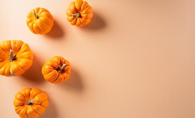Decorações de halloween feitas de abóbora com espaço de cópia para o texto.