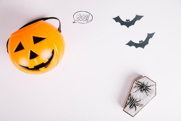 Decorações de halloween na superfície branca